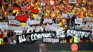 Des supporters de Lens brandissent des banderoles hostiles au club de Lille durant la rencontre de Ligue 1 entre les deux clubs, le 18 septembre 2021 auStade Bollaert-Delelis. (FRANCOIS LO PRESTI / AFP)