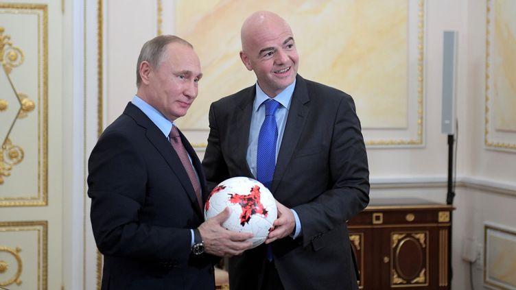 Le président russe, Vladimir Poutine, et le président de la Fifa, Gianni Infantino, lors d'une rencontre à Moscou, le 25 novembre 2016. (SPUTNIK PHOTO AGENCY / REUTERS)