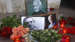 Des fleurs en hommage à Charles Aznavour devant l'ambassade de France à Kiev (Ukraine), le 2 octobre 2018. (STR / NURPHOTO / AFP)
