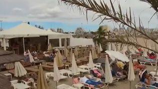 Sur le littoral français, les paillotes se multiplient pour le grand plaisir des vacanciers estivaux et des propriétaires. (FRANCE 2)