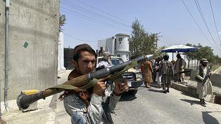 Un taliban armé d'une roquette aux abords du ministère de l'Intérieur afghan à Kaboul (Afghanistan), le 17 août 2021. (JAVED TANVEER / AFP)