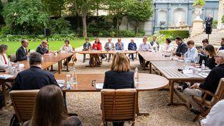 Des représentants de la Convention citoyenne pour le climat discutent avec des membres du gouvernement, dont Jean Castex et la ministre de l'Ecologie Barbara Pompili, le 20 juillet 2020 à Matignon. (XOSE BOUZAS / AFP)