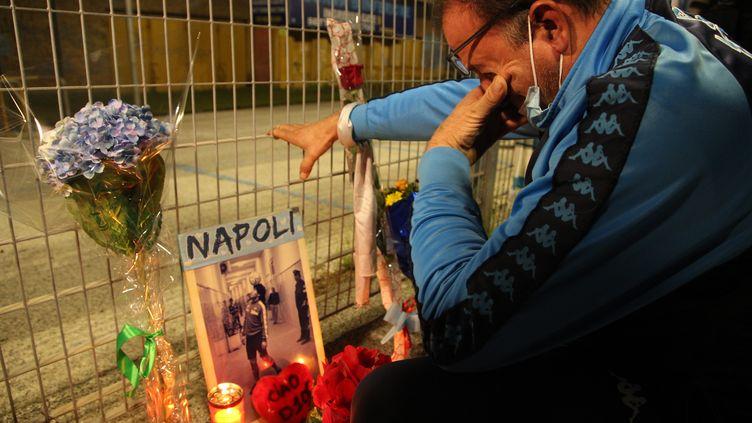 Un supporter à Naples en pleurs après la mort de Maradona. (CARLO HERMANN / AFP)