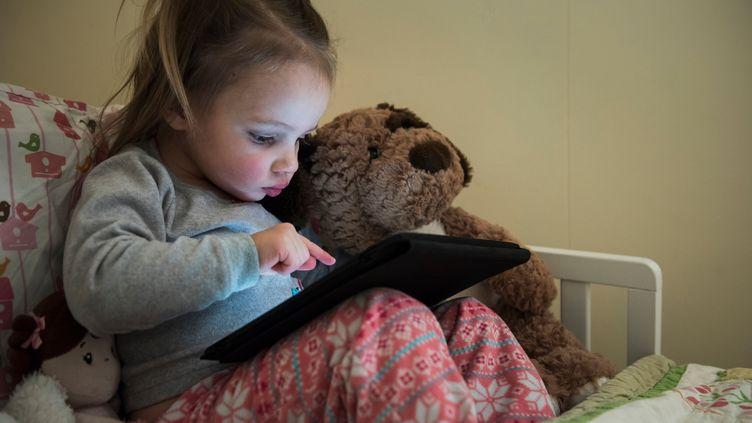 En Angleterre, les enfants ont de plus en plus de mal à tenir un crayon, s'alarment des professionels de santé. Une situation que connaît aussi la France, explique une spécialiste à franceinfo. (MIKE TITTEL / CULTURA CREATIVE / AFP)