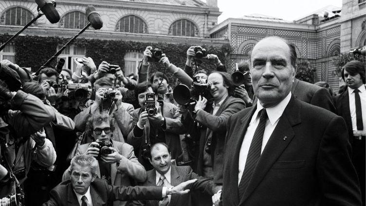 27 mai 1981. Le président François Mitterrand devant le palais de l'Elysée entouré par les photographes. (PICOT / GAMMA-RAPHO VIA GETTY IMAGES)