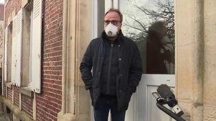 Depuis mercredi 26 février, les autorités sanitaires tentent de comprendre comment l'enseignant de 60 ans a contracté le Covid-19. Son médecin traitant a été placé en confinement dans l'Oise. (FRANCE 3)