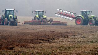 Trois machines agricoles dans un champ, à ILLiers-Combray (Eure-et-Loir). (JEAN-FRANCOIS MONIER / AFP)