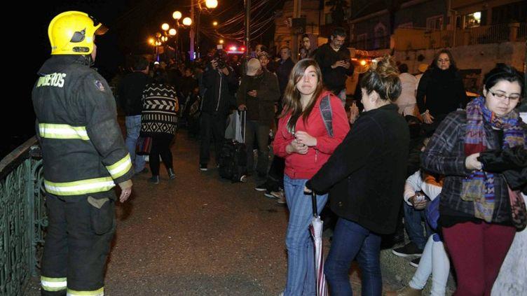 Les habitants deValparaiso(Chili) sont sortis dans les rues, mercredi 16 septembre 2015, après la première secousse. (RAUL ZAMORA / AFP)