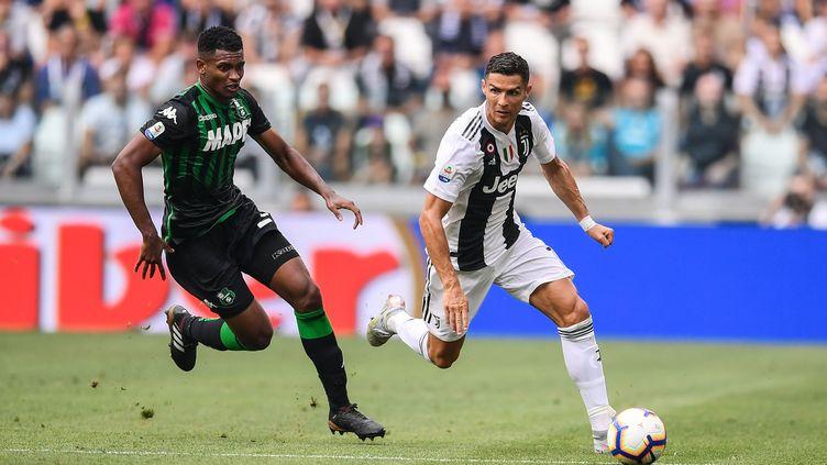 Cristiano Ronaldo face au défenseur de Sassuolo Marion Santos   (MARCO BERTORELLO / AFP)