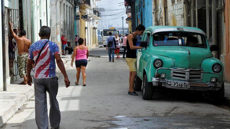 Dans une rue de La Havane à Cuba, le 26 octobre 2016 (photo d'illustration). (YAMIL LAGE / AFP)