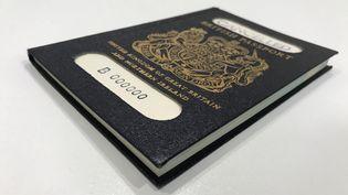 Un passeport britannique bleu, couleur qui sera de nouveau utilisé après le Brexit sur ce document d'identité, photographié à Londres, le 22 mars 2018. (REUTERS)