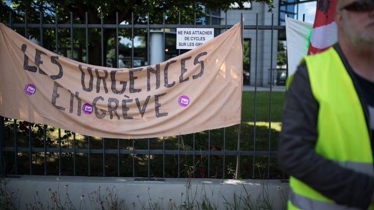 Une banderole accrochée sur les grilles de l'Agence de santé régionale (ARS) de Nantes (Loire-Atlantique), le 30 juin 2019. (J?R?MIE LUSSEAU / HANS LUCAS / AFP)