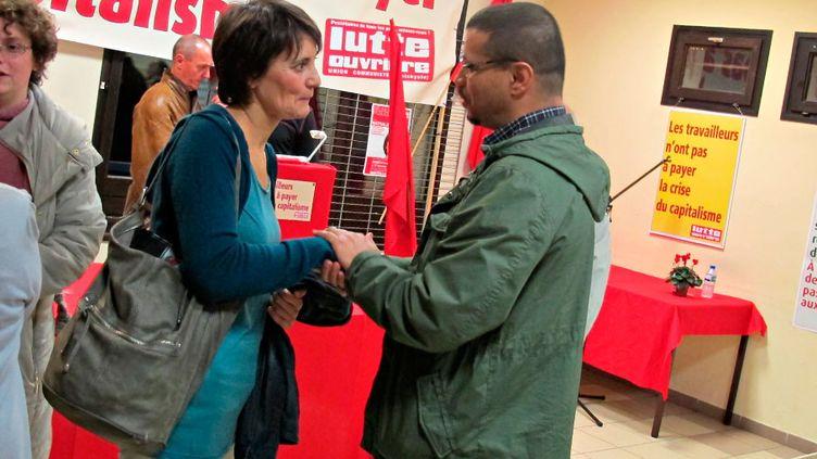 Nathalie Arthaud, candidate de Lutte Ouvrière, avec un habitant du Val-Fourré à Mantes-la-Jolie (Yvelines), samedi 5 novembre 2011. (SALOMÉ LEGRAND / FTVi)