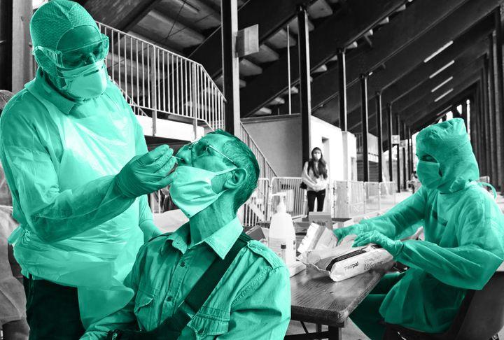 Un homme se fait tester lors d'une campagne de dépistage au stade de l'Ill, à Mulhouse (Haut-Rhin), le 26 août 2020. (MAXPPP - PIERRE-ALBERT JOSSERAND / FRANCEINFO)