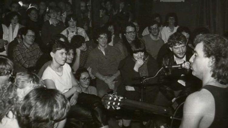 Bernard Lavilliers en concert au Neptune avec ses musiciens en janvier 1985. Le chanteur jouera bénévolement devant une salle pleine à craquer.  (Didier Geslain)