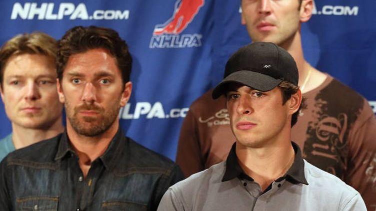 La star canadienne Sidney Crosby (à droite) est en première ligne pour défendre la position du syndicat des joueurs de la LNH (NHLPA).
