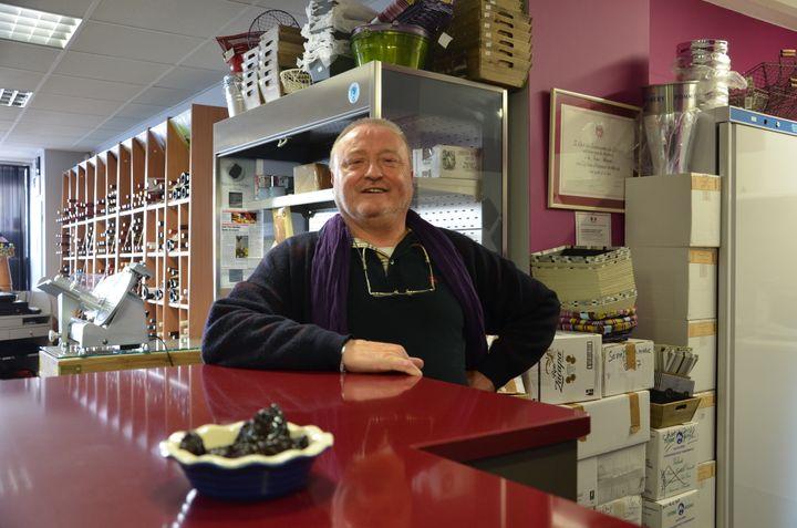 Bernard, commerçant dans le centre-ville de Villeneuve, le 16 mai 2005. (THOMAS BAIETTO / FRANCETV INFO)