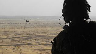 Un soldat britannique quitte la région de Hombori à bord d'un hélicoptère Chinook, le 28 mars 2019, lors du lancement de l'opération française Barkhane, dans la région du Gourma, au Mali. (DAPHNE BENOIT / AFP)