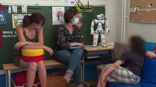 Les enfants et les éducatrices spécialisées sont accueillis par le robot Nao. (France 3 Strasbourg)