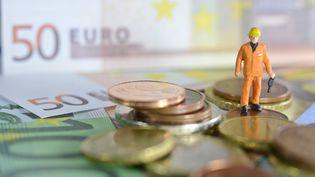 Un personnage sur des pièces de monnaie et des billets. (MAXPPP)