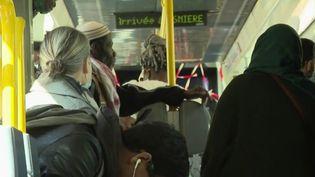 En Seine-Saint-Denis, des vidéos témoignent de transports pleins de passagers. On croirait à des archives, mais loin de là : la perturbation du trafic cause la saturation des transports. (France 2)