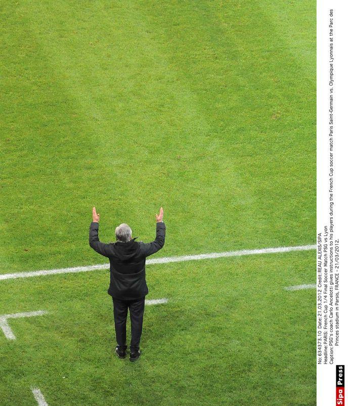 L'entraîneur du PSG, Carlo Ancelotti, harangue ses joueurs lors d'un quart de finale de Coupe de France contre Lyon, au Parc des princes, à Paris, le 21 mars 2012. (ALEXIS REAU / SIPA)