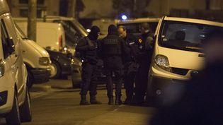 Des policiers lors d'une opération antiterroriste à Argenteuil (Val-d'Oise), le 24 mars 2016. (GEOFFROY VAN DER HASSELT / AFP)