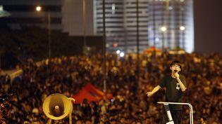 Joshua Wong harangue la foule des manifestants rassemblés dans le principal accès au centre financier de Hong Kong, le 1er octobre 2014. (CARLOS BARRIA / REUTERS)