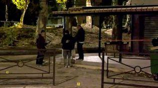 Des officiers de police sur les lieux de la fusillade, à Avignon, dimanche soir. (REUTERS TV / X00514)