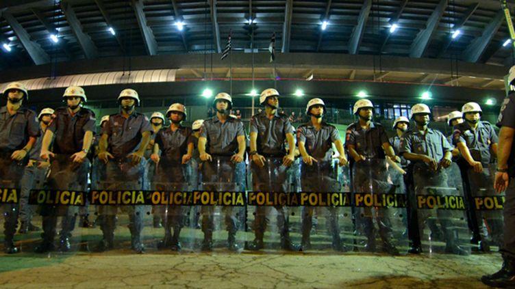 Des policiers à l'entrée d'un stade de Sao Paulo (LEVI BIANCO / BRAZIL PHOTO PRESS)