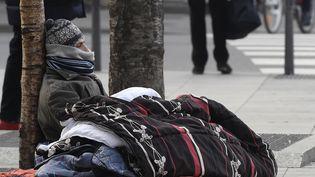 Un jeune sans-abri dans les rues de Lyon, en 2017. (PHILIPPE DESMAZES / AFP)