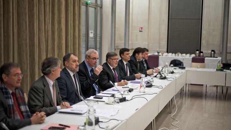Le secrétaire d'État aux Transports, Alain Vidalies (deuxième en partant de la gauche) a reçu les syndicats de chauffeurs de VTC et les responsables des plateformes, lundi 19 décembre à Paris. (NICOLAS MESSYASZ/SIPA / NICOLAS MESSYASZ)