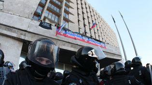 Des manifestants pro-russes au siège de l'administration de Donetsk (Ukraine), le 6 avril 2014. (ALEXANDER KHUDOTEPLY / AFP)
