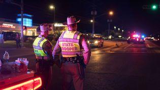 Desmembres des forces de l'ordre se tiennent près des lieux d'une explosion à Austin (Etats-Unis), le 20 mars 2018. (MARSHALL FOSTER / ANADOLU AGENCY / AFP)