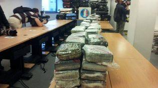 1,3 tonne de cocaïne pure a été récemment saisie à bord d'un avion d'Air France, annonce Manuel Valls, samedi 21 septembre 2013. ( FRANCE 2 / FRANCETV INFO)