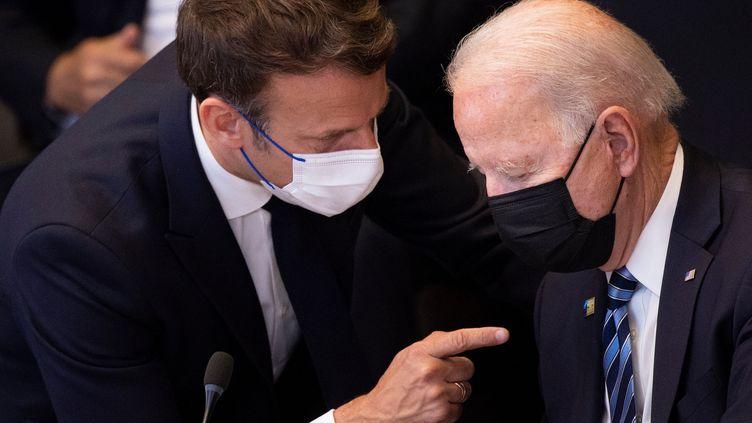 Le président français, Emmanuel Macron, s'entretient avec le président américain, Joe Biden, avant une réunionde l'Otanau siège del'organisation, à Bruxelles (Belgique), le 14 juin 2021. (BRENDAN SMIALOWSKI / AFP)