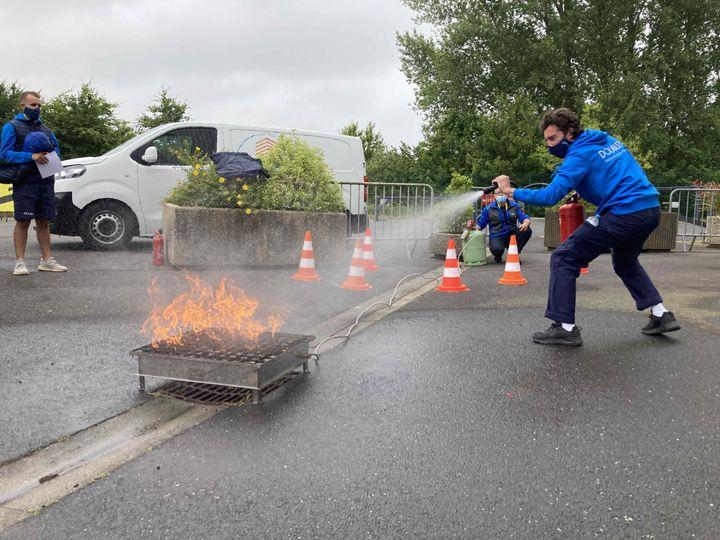 Formation au maniement d'un extincteur pour les caravaniers avant le départ du Tour de France à Brest, le 24 juin 2021. (AH)