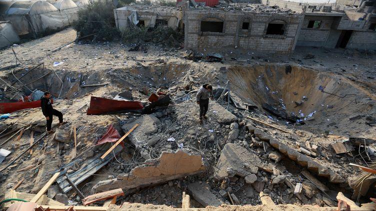 Des Palestiniens essaient de ramasser leurs affaires après des tirs de l'armée israélienne en riposte à des tirs de roquettesdepuis l'enclave palestinienne, le 14 novembre 2018 à Rafah (Gaza). (Abed Rahim Khatib / Anadolu Agency / AFP)