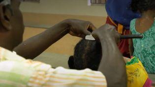 En Inde, il est de coutume de se raser les cheveux et de les offrir aux dieux. Les temples en profitent pour les revendre à des entreprises spécialisées. (FRANCE 2)