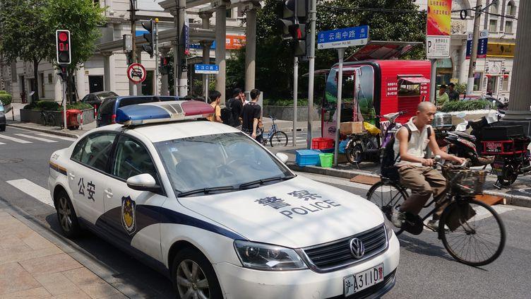 Une voiture de police à Shanghai (Chine), le 1er septembre 2015. (JENS KALAENE / DPA / AFP)