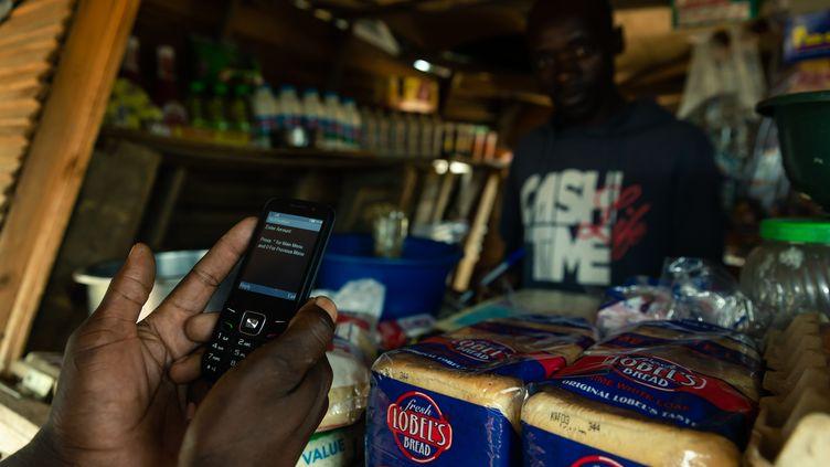 Le paiement par téléphone pour les menus achats, déjà présent en Afrique, explose depuis la crise du Covid-19 (photo prise au Zimbabwe le 10 décembre 2019). (JEKESAI NJIKIZANA / AFP)