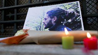 Des bougies et des fleurs à la mémoire de Rémi Fraisse, le 6 novembre 2014 à Paris. (KENZO TRIBOUILLARD / AFP)