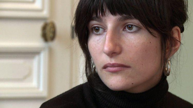 Marion Larat, qui se dit victime de la pilule de 3ème génération, le 14 décembre 2012 dans le bureau de ses avocats à Bordeaux (Gironde). (AFP)