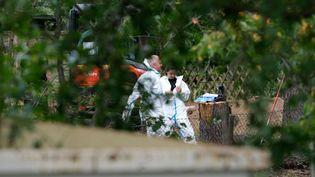 Des officiers de police effectuent des fouilles dans un jardin, mardi 28 juillet 2020 à Hanovre (Allemagne), dans le cadre de la disparition de Maddie McCann. (PETER STEFFEN / DPA / AFP)