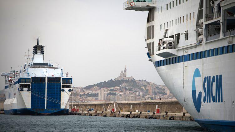 Deux navires de la SNCM dans le port de Marseille (Bouches-du-Rhône), le 4 juillet 2014. (BERTRAND LANGLOIS / AFP)