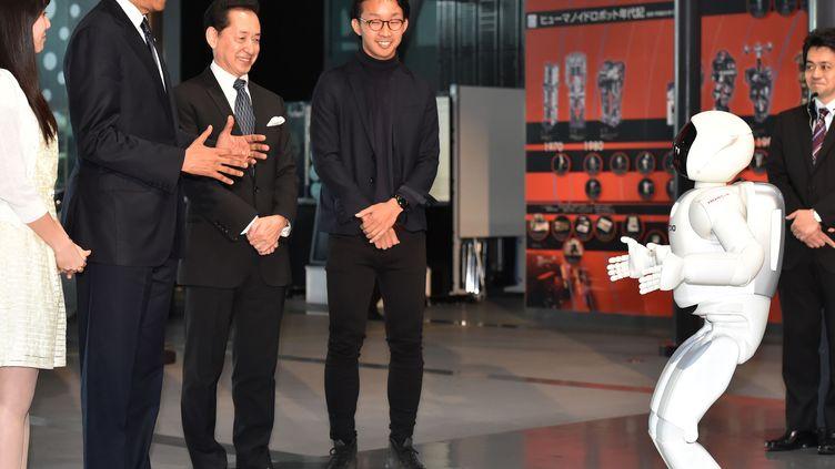 En visite à Tokyo (Japon), Barack Obama a fait la découverte d'Asimo, un robot développé par Honda Motor, jeudi 24 avril 2014. (NORIAKE SASAKI / YOMIURI / AFP)