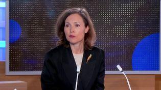 Sophie Loussouarn, spécialiste du Royaume-Uni, était l'invitée du 23 Heures de franceinfo, vendredi 9 avril, pour réagir au décès du prince Philip. (FRANCEINFO)