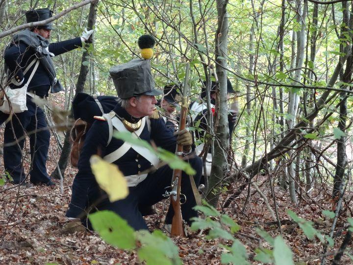 Henri Caporali et ses camarades en uniformes du 18e régiment d'infanterie de ligne,à couvert lors d'une reconstitution napoléonienne. (DR)
