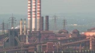 En Italie, les habitants de Tarente s'inquiètent eux aussi plus de leurs fins de mois que de la fin du monde. Les employés d'une aciérie ont voté quasiment à l'unanimité le maintien de l'activité de leur usine, qui est extrêmement polluante (France 2)