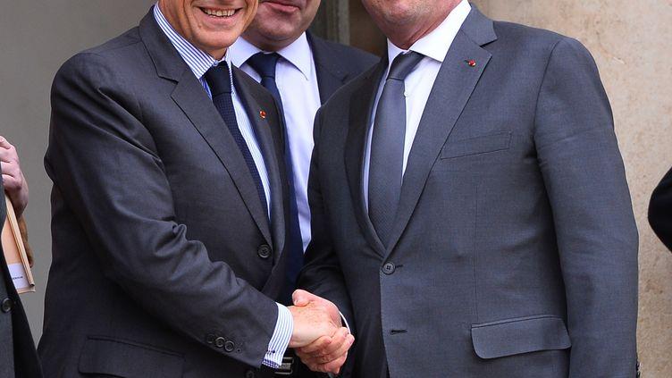 L'ancien président de la République Nicolas Sarkozy quitte l'Elysée le 22 janvier 2016 en saluantson successeur, François Hollande. (MUSTAFA YALCIN / ANADOLU AGENCY/ AFP)